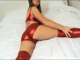kat aber glänzenden roten PVC-Wäsche in nichts necken