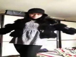 chinesisches Mädchen zeigt sich auf Webcam