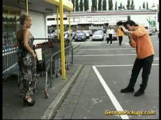 hilflose Dame im Shop abgeholt