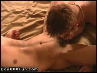 hot Homosexuell Sex connor sam mit echten riesigen Dildo bohren!