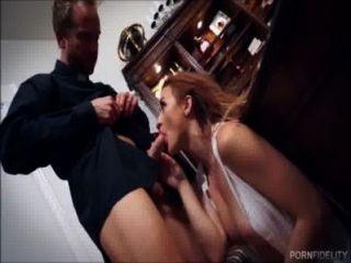 unschuldige Schönheit will von ihrem Priester gefickt