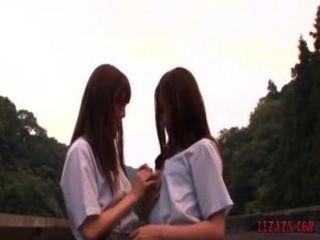 2 Schülerinnen küssen Petting, während im Freien stehen