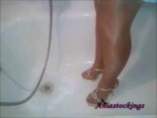 Dusche im blauen Kleid, braun gebrannt Strumpfhosen und High Heels [aniastockings]