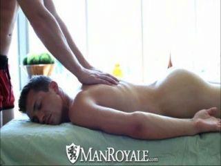 manroyale sinnliche Massage verwandelt sich in heißen Sex