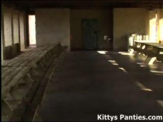 18yo Teen Kätzchen spielen Fußball in einem Rock