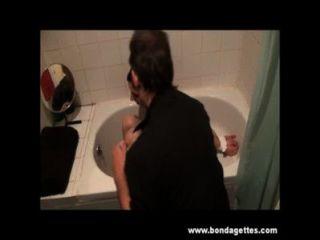 Bad Knechtschaft der unterwürfig Ehrlichkeit Cabellero in geknebelt Stützen und feuchtes Toiletten