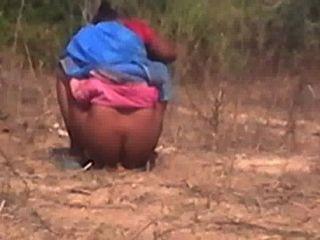 Tamilisch aunty gefangen versteckte Kamera, wenn sie pinkeln