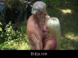 bärtigen Oldman Dreier mit blonde Teenager