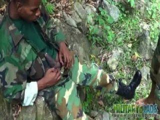 Homosexuell Soldaten abwechselnd bei Outdoor-oral