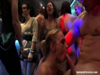 sexy Partei Küken in der Club-Orgie ficken