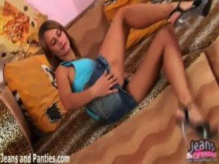 valya zieht ihren Rock hoch und blinkt ihr Höschen