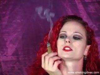 Rotschopf Melisse raucht eine Zigarre, während uns necken