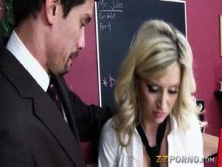 vollbusige blonde teen Sienna Tag saugt Hahn und in der Schule gefickt