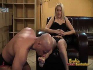 Blondinen sagt unterwürfig ihre Füße zu lecken und essen