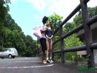 asiatische Mädchen gefickt, während im Freien an den Zaun Biegen