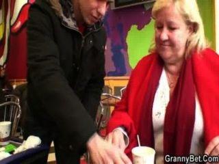 Junge Stecher nimmt riesige Oma im Café bis