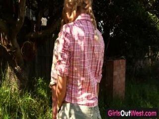 Mädchen aus Westen - dünne blonde Lesben im Hinterhof