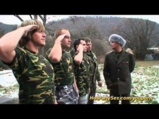 Militär gangbang bukkake Orgie