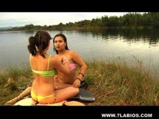 lesbischen Latinas im See