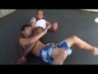 Mixed Wrestling Buff Mädchen sperrt schwache Kerl