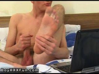 hot Homosexuell Sex tommie schält seine Kleider ab und packt seinen Schwanz, träumen