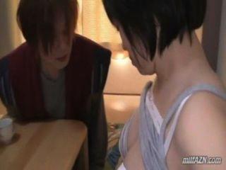 vollbusige reife Frau ihre Brüste bekommen rieben Muschi von jungen Mann auf dem matt geleckt