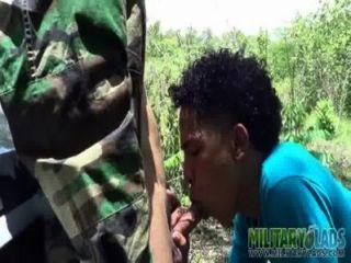 Armee Junge hat einen pricknick mit einem Fremden