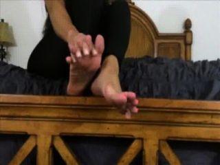 schöne Herrin möchte, dass Sie auf ihre Füße zu verehren und cum