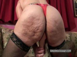 reife Schlampe sandie Marquez stopft mit einem Spielzeug ihre Muschi