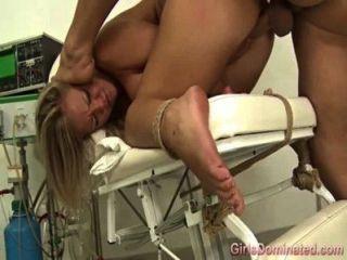 Bondage Fetisch Babe Verspritzen während gefickt