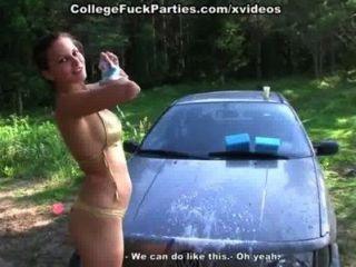 Oben-ohne-College-Küken erotisch waschen Auto beim Picknick