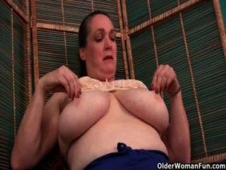 Oma Krankenschwester kümmert sich um ihre Juckreiz Muschi