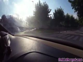 jenny glam auf ein Auto auf einer öffentlichen Straße gefickt