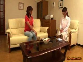 Asiatin ihre Brustwarzen bekommen gelutscht Muschi auf der Couch in der Sitzung r gerieben