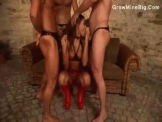 drei Männer Vergnügen ihre Dominatrix