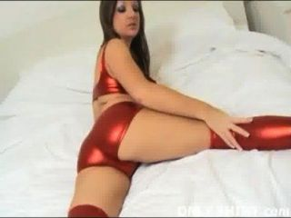 kat in nichts als glänzende rote PVC-Höschen