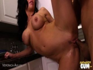 MILF Veronica Avluv wird facialized
