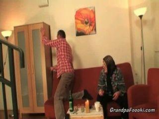Hot Babe hilft Oma einen Schwanz saugt