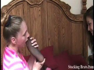 drei lesbische Mitbewohner mit einem Fußfetisch