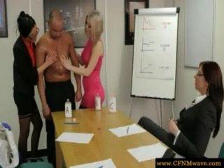Femdoms im Büro auf ihre Unter saugen