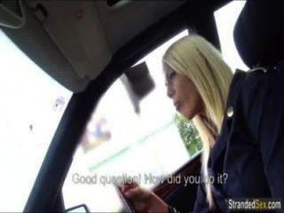 blonde Stewardess hat Sex im Auto erstmals
