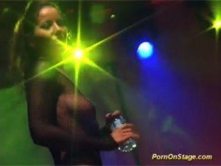 Skandal-Sex-Shows auf die öffentliche Bühne