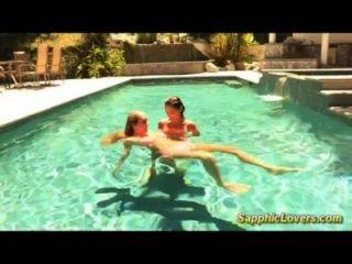ehrfürchtige lesbischen Sex im Pool