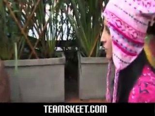 sexy blond mit rosafarbenen Kondom