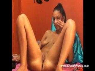 sexy Brünette dildoing spritzte ihre Löcher dann auf Live-Kamera