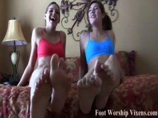Schlaganfall deinen Schwanz für unsere beiden kleinen sexy Füße