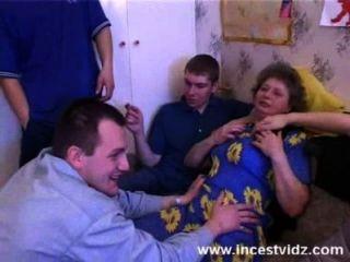 marta fickt mit den Jungs in ihrem Wohnzimmer
