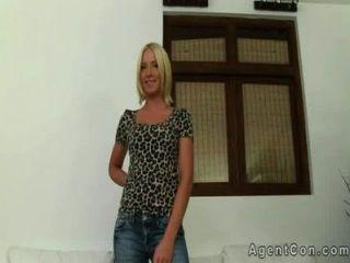 hot blonde Amateur bekommt beim Gießen Gesichts