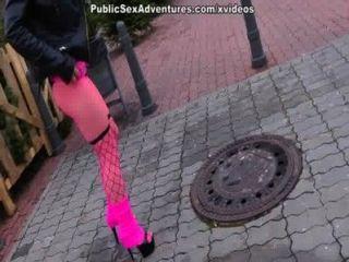 Mädchen ohne Hose saugt Hahn nastily