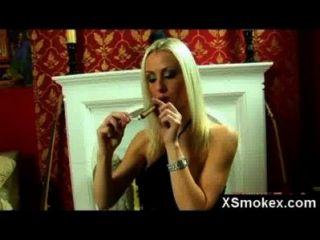 mega Titty Fetisch Rauchen hoe nackt solo